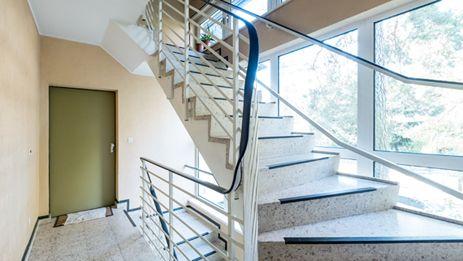 Lichtdurchflutetes Treppenhaus dank großer Fensterflächen. Zum Projekt: http://ziegert-immobilien.de/de/projekte/Alsenstr-24/