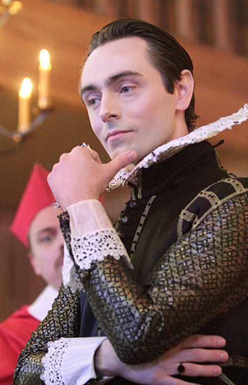 antonio in the duchess of malfi Antonio's 2nd daughter  the duchess of malfi is recently widowed and her greedy brothers are determined she will not marry again, so they employ daniel de bosola .