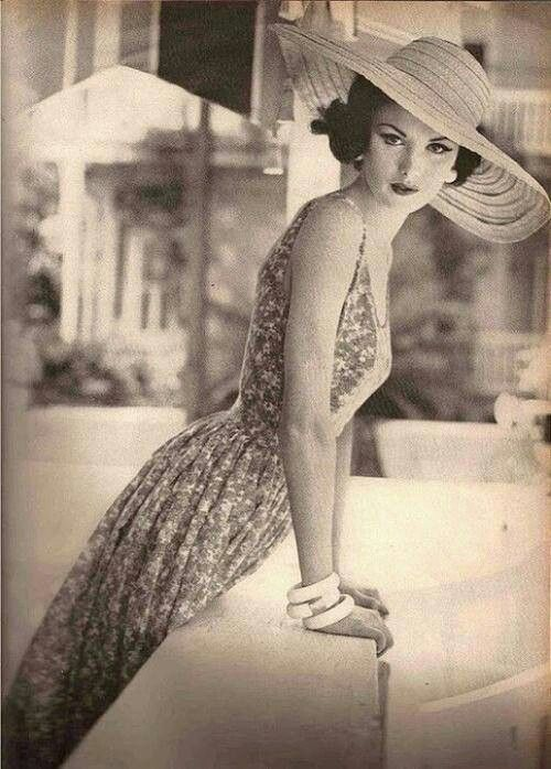 Vintage! My mom used to have dresses like this. And she was thin like this too. Beautiful. jαɢlαdy