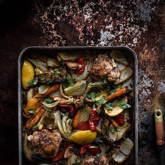 Para que seus vegetais se tornem saborosos eles dependem de um cuidado especial  logo não poupe em temperos naturais  ervas aromáticas óleos aromatizados ...  uma ótima opção é assar junto com alguma proteína - frango / carne / peixe / frutos do mar -  como na foto  !  Use a criatividade !  #health #nutri #nutrition #nutricaoesportiva #paleodiet #paleo #hipertrofia #lowcarb #dicadanutri #equipe_fox #equipe_mpio #30tododia #cozinhafit #comidadeverdade #crossfit #familiagaff  Foto By foodfixup…