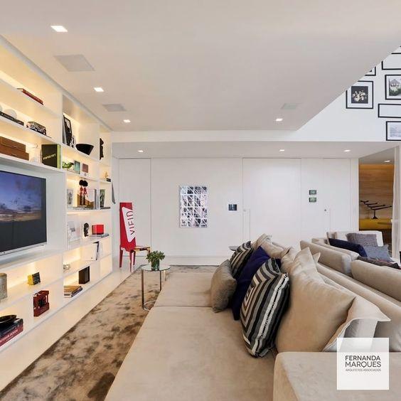 Living room | Detalhe para os nichos iluminados que destacam a produção ✨ Living room | Detail for illuminated niches that highlight production #fernandamarquesarquiteta #architecture #interiordesign #design #interiores #tendencias #saopaulo #arquitetura