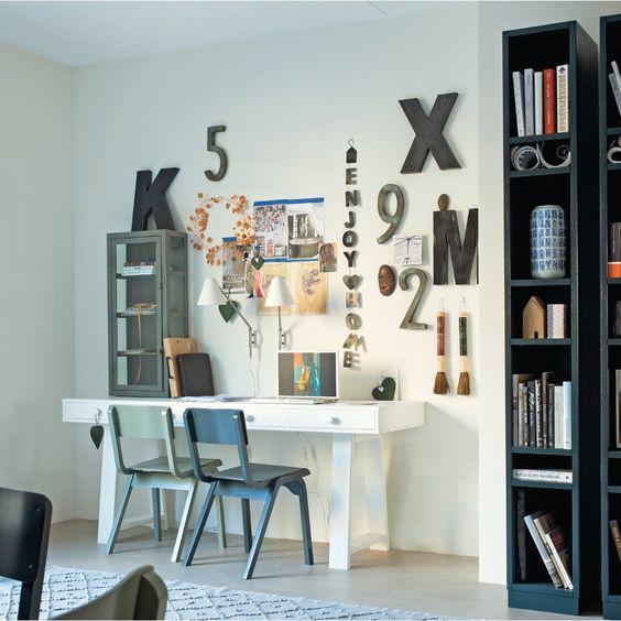 metalen letters aan de muur