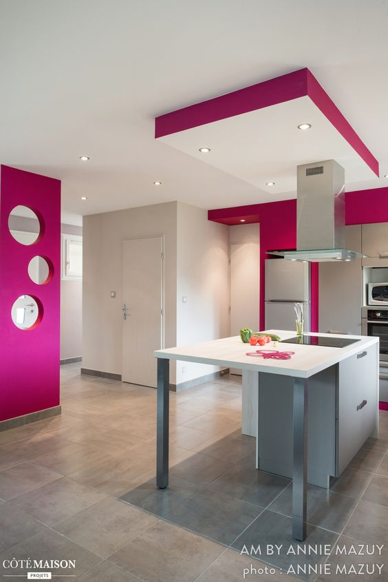 cuisine blanche are avec lot central pans de mur fuschia rose