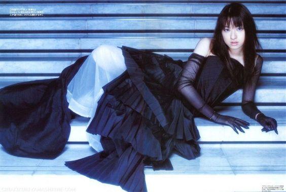 黒ドレスの栗山千明