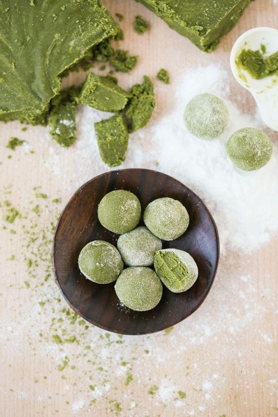 Bánh mochi trà xanh là một loại bánh ngọt làm từ gạo trộn cùng bột trà xanh Matcha