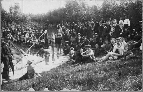 De Schiedamse Zwem Club S.Z.C. organiseerde in 1917 zwemwedstrijden in het open bad aan de Westfrankelandsedijk.