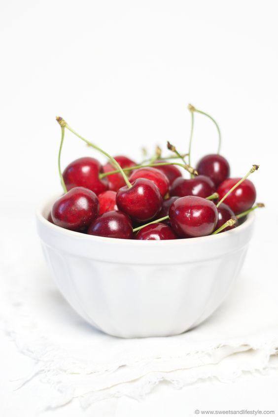 Frisch_gepflueckte_Kirschen_fuer_den_Kirschenkuchen_vom_Blech_von Sweets_and_Lifestyle