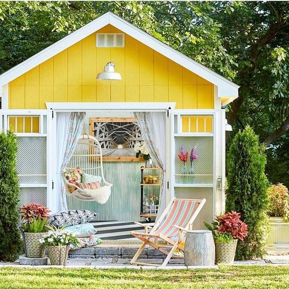 Happy Thursday!! It's still snowing here but I'm dreaming about warm weather. Wouldn't it be lovely to have a bright and colorful she-shed like this in your backyard? What would you use yours for? . . 📷 @betterhomesandgardens #sheshed #backyardgoals #backyard_dreams #backyardliving #newofficespace #colorfulhappyhome