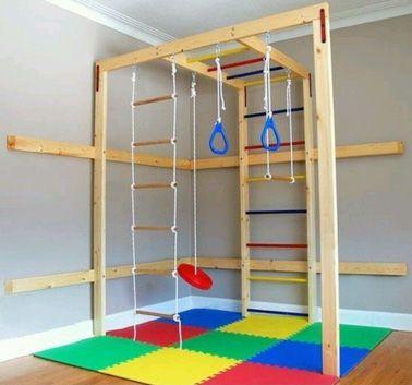 Une salle de jeu avec un espace aménagé pour les sportifs