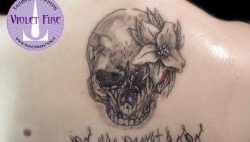 Immagine di http://i0.wp.com/www.violetfiretattoo.it/site/wp-content/uploads/2015/05/Tatuaggio-teschio-con-crisantemo-bandiera-italiana-e-scritta-a-specchio-su-schiena-Violet-Fire-Tattoo.jpg?resize=350%2C200.