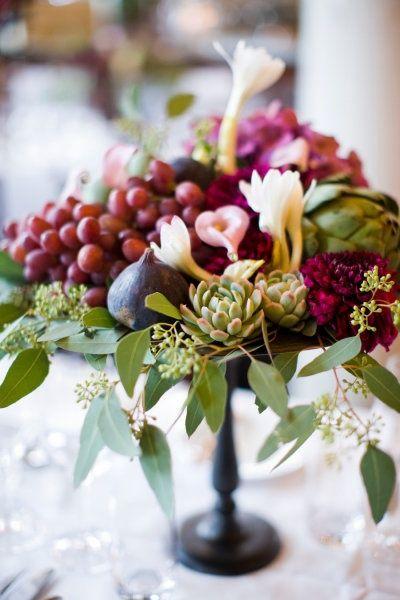 centrotavola autunnale con uva rossa e fichi