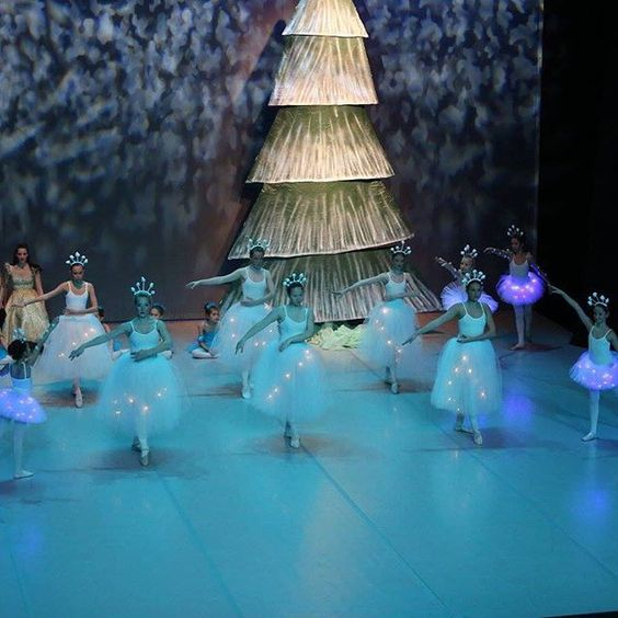 E il lato invernale dell'albero doubleface #christmastree #schiaccianoci #nutcrackerscene #nutcracker #sceneconstruction #scenicart #snowflakes #balletcostume #snowflakecostume #nutcrackerballet #ballet #balletrecital #instadance #instaballet #scenography  Double face nutcrackertree scenography, available for rent or for sale