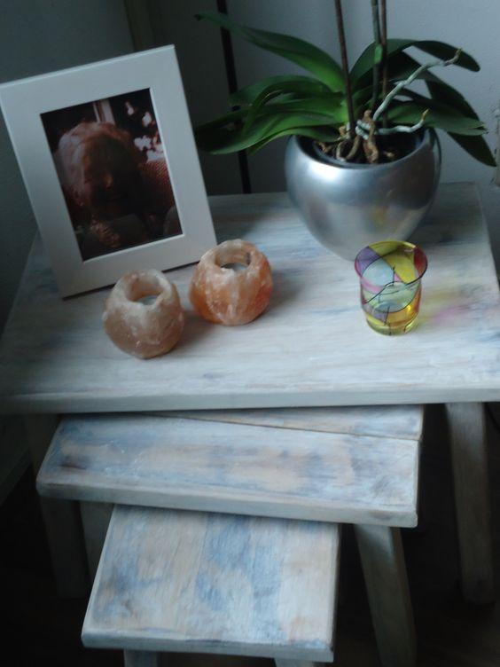 De tafeltjes van oma, ouderwets bruin ook gepimpt. Lijkt wel een white wash virus