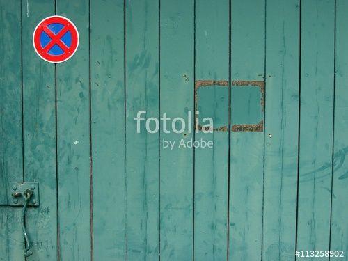 Grünes Holztor mit Patina eines alten Schuppen in einem Hinterhof in Bethel in Bielefeld im Teutoburger Wald