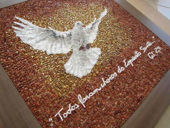 """Painel musivo (100x100 cm) Mosaico realizado em técnica direta, utilizando mármores, cerâmica, vidro e """"smalti veneziani"""" com folha de ouro. Materiais cortados manualmente e parte deles desgastados para reproduzir o efeito de pedra rolada."""