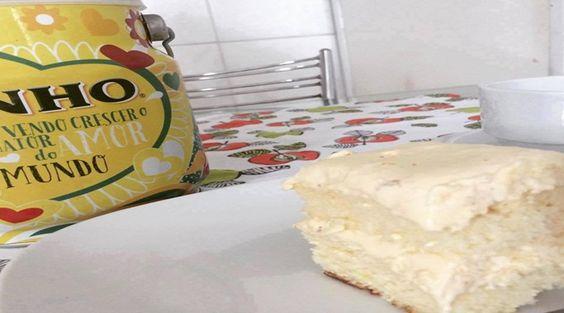 Massa  - 04 ovos  - 03 colheres de sopa de leite ninho  - 02 xícaras de açúcar  - 2 1/2 xícaras de farinha de trigo  - 01 xícara de água fervendo  - 01 colher de fermento em pó  - Creme - cobertura e recheio:  -   - 10 colheres de sopa de leite ninho  - 01 lata de L condensado  - 1/2 lata de creme deleite sem soro  - 200 gramas de manteiga sem sal