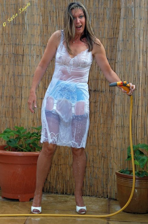 Mature women wearing short shorts-2033