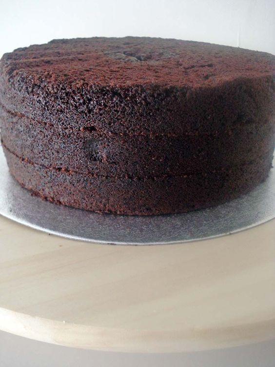 Receta del bizcocho de chocolate más popular de Whimsical Bakehouse. Es muy intenso, es muy oscuro es ¡puro chocolate! Este es tu bizcocho de chocolate.