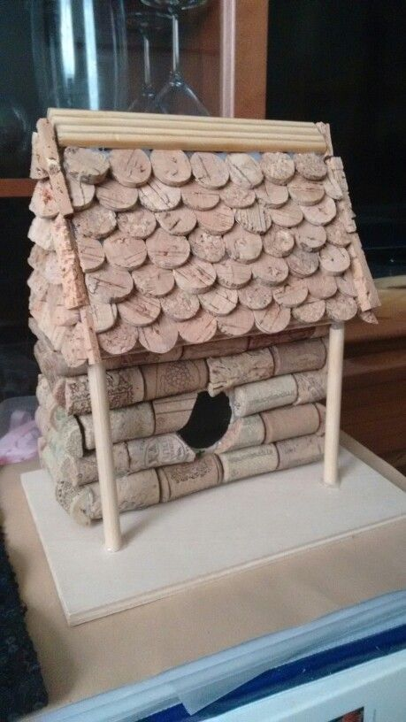 Casa de pájaros hecha con corchos