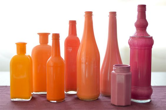 Voici un tutoriel qui vous montrera comment recycler, customiser et peindre des bouteilles en verre pour une déco sympa et pas chère : jolis vases ...