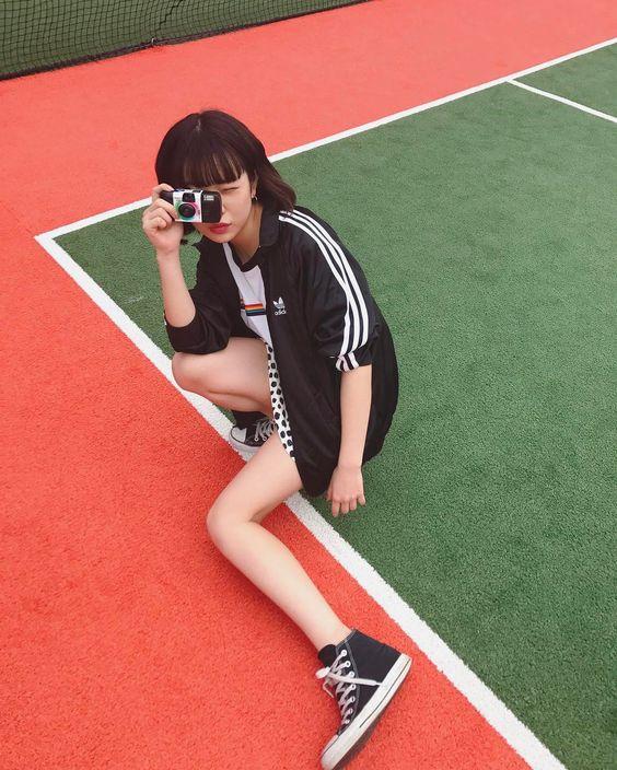 インスタントカメラを手に持つ田中芽衣