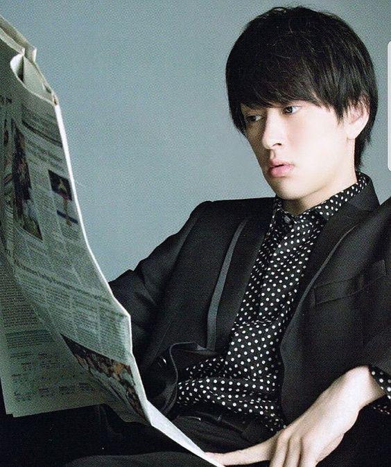 新聞を読む横山裕