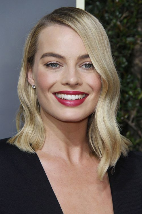 Margot Robbie S Hairstyles Hair Colors Steal Her Style Margot Robbie Hair Blonde With Dark Roots Hairstyle