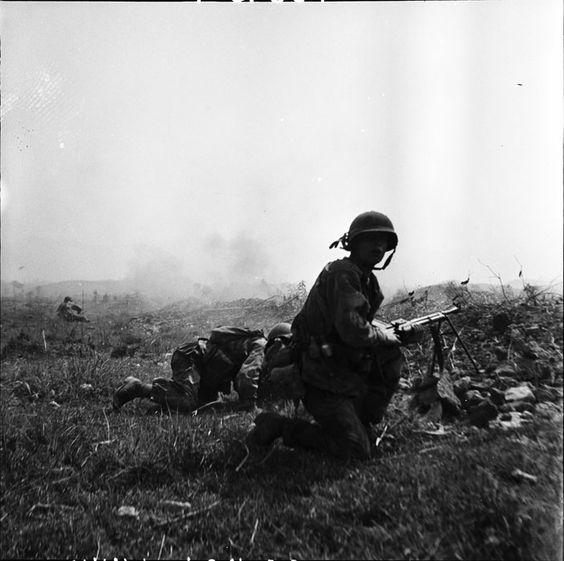 Son fusil-mitrailleur 24/29 à la main, un chef de groupe des parachutistes s'apprête à repartir à l'assaut d'une tranchée du Viêt-minh, lors de la bataille de Dien Bien Phu... Mars 1954