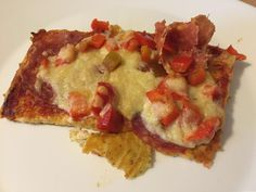 Heute gibt es Pizza! Keto-Pizza :)  Ich mag Pizza gerne mit Schinken, meine Tochter eher mit Salami.Wie gut, dass die Pizza groß genug ist, dass jeder seine Hälfte selbst belegen kann. Schnell und einfach zuzubereiten, immer wieder lecker!  https://www.living-keto.de/rezepte/keto-pizza-prosciutto-e-salame/ Alle Rezepte: https://wp.me/p7yvFd-1Ot