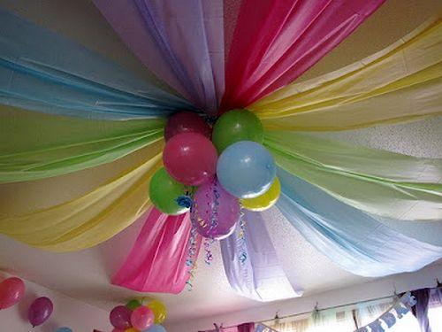 Decorar,techo,con,globos,y,telas,de