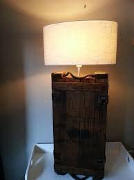 Lamp van munutiekist op dressoir in het verlengde van de TV