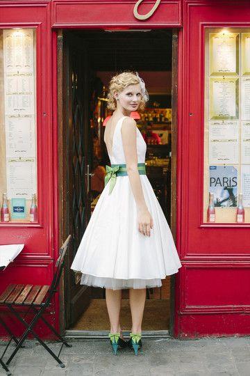 kurzes #Hochzeitskleid im #Rockabilly Stil mit einem tiefen #Rückenausschnitt und grünen Farbakzenten