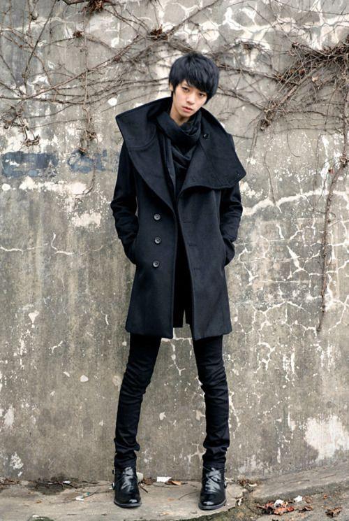 Với kiểu dáng mới với phần cổ loe chiếc áo khoác dạ nam tính này đã đem đến một cá tính đầy thu hút