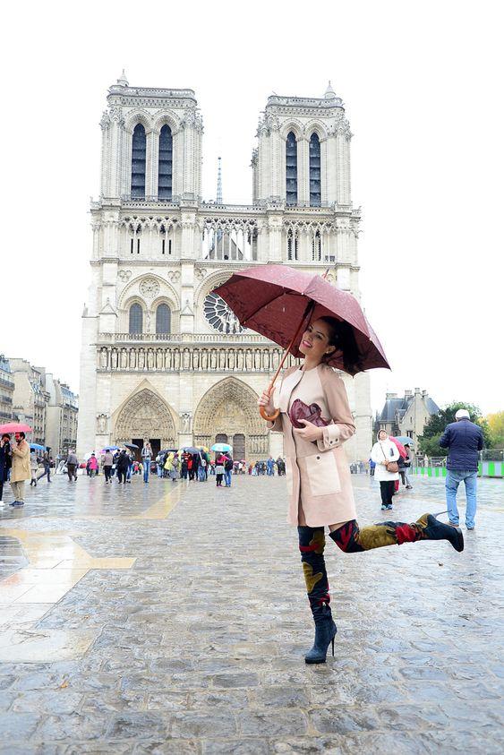 Street style em Paris na igreja Notre Dame com bota over the knee da marca Burberry e casaco usado como vestido Mulberry