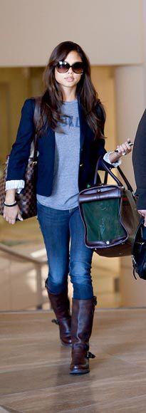 vanessa lachey. airport cashualstyle. blue blazer.T.jeans.boots.