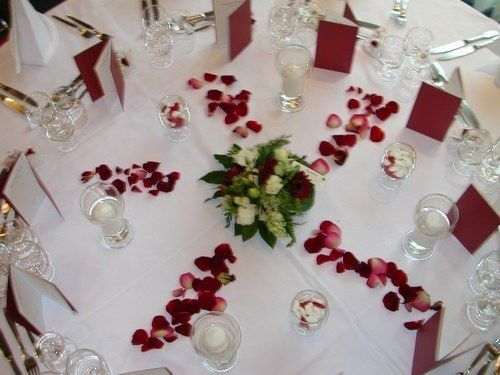Jolie d co de table ronde mariage weeding wedding ideas - Table basse noir et rouge ...