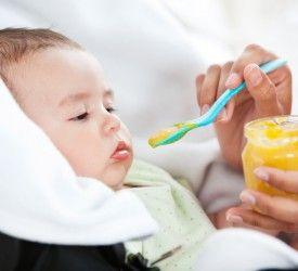 ¿Por qué vomitan los bebés?