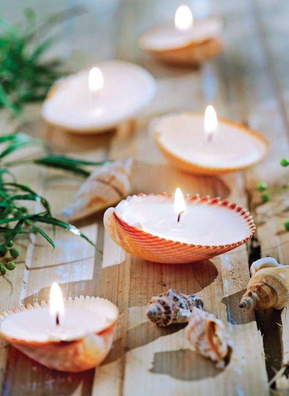 Velas em conchas da Yara Velas dão um clima praiano a qualquer lugar. Abra um vinho branco geladinho e curta as noites de verão! | Shells can turn into beautiful candles (Foto: Cacá Bratke / Editora Globo):