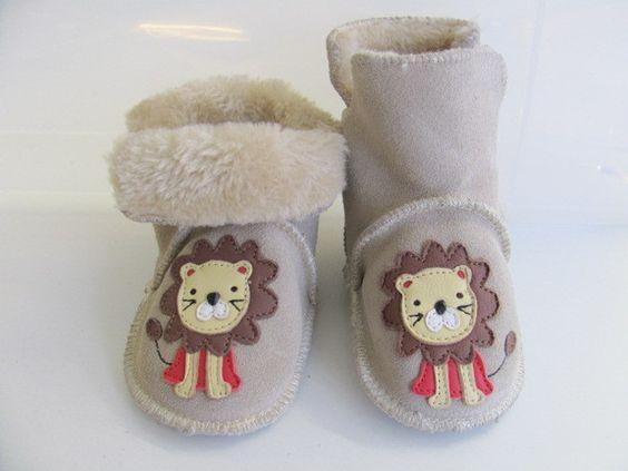 Winterliche Krabbelschuhe mit Löwe / cute and cuddly baby shoes by lederpuschen_krabbelpuschen via DaWanda.com