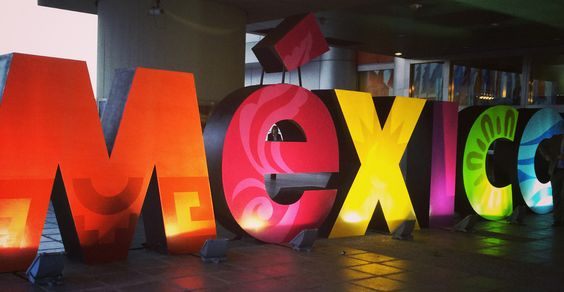 Mexico setzt ein Zeichen mit bunten, leuchtenden Buchstaben vor dem ICC am Eröffnungsabend der ITB.