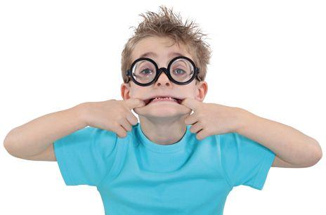 50 % DE MYOPES EN 2050. Des chercheurs de l'université de Nouvelle-Galles du Sud (Australie) et du Singapore Eye Research Institute ont passé en revue 145 études rassemblant 2,1 millions de personnes à travers le monde et analysé les données concernant les troubles de la vue publiées depuis 1995. Leur objectif consistait à prédire le nombre de myopes en 2050. En 2000, 22,9 % de la population mondiale étaient myopes, dont 163 millions de personnes avec une grave myopie | Rebelle-Santé