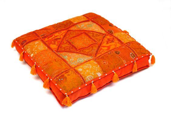 poefjes en sierkussens, in mooie Indiase stoffen & kleuren. Poefjes, meditatiekussens en vloerkussens. Poef met patchwork stoffen of kelim design.