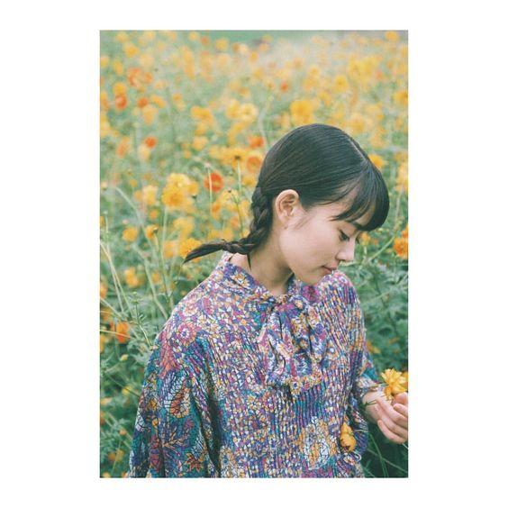 お花を見つめる高畑充希