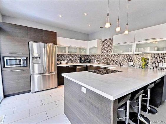 le frigo cong lateur r v un joli bois pour les portes et un plan de travail bien assorti a. Black Bedroom Furniture Sets. Home Design Ideas