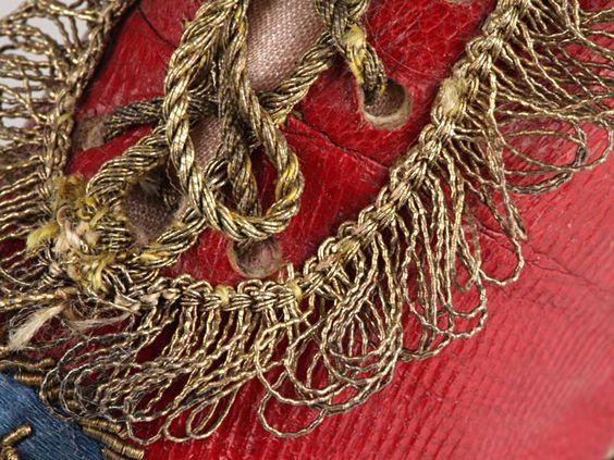 scarpe per bambino in pelle rossa rivestite in seta,bordo e lacci in filo d'oro ricamate con lo stemma personale Reale del re Federico Guglielmo II di Prussia 1750-1755: