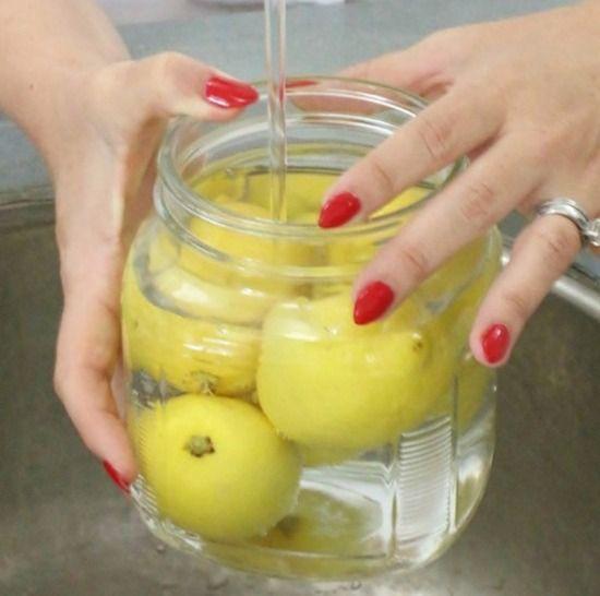 Mettez les citrons dans un bocal rempli d'eau pour les conserver : 1. Prenez un bocal en verre refermable.  2. Placez les citrons non coupés dedans.  3. Remplissez le bocal d'eau fraîche du robinet. 4. Refermez le et placez-le dans le frigo vous allez pouvoir garder vos citrons frais et juteux pendant des semaines entières