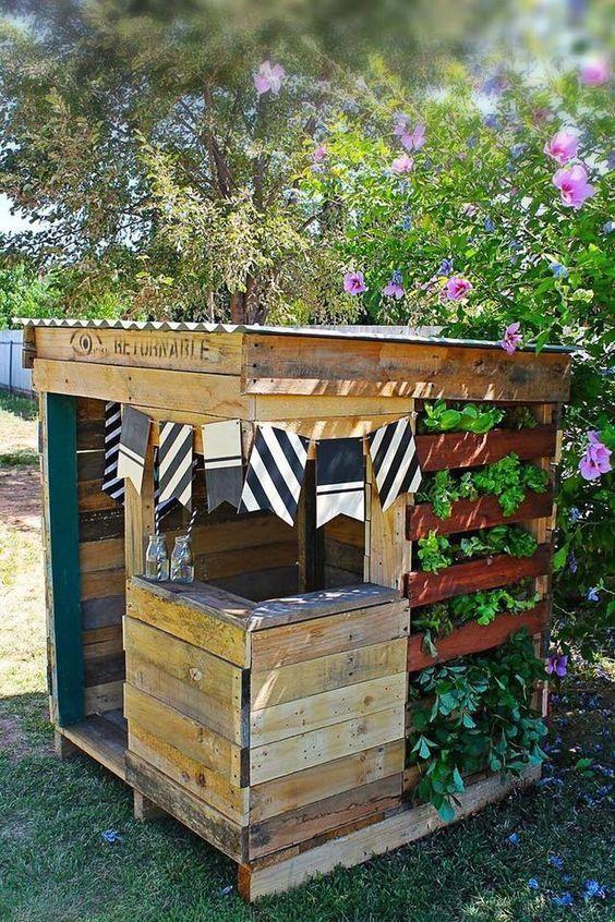 Fur Kinder 11 Coole Diy Bastelideen Mit Holzpaletten Seite 3 Von 10 Diy Bastelideen Playhouseoutdoordiy Cabane Jardin Palettes Meuble Jardin Palette Et Amenagement Jardin