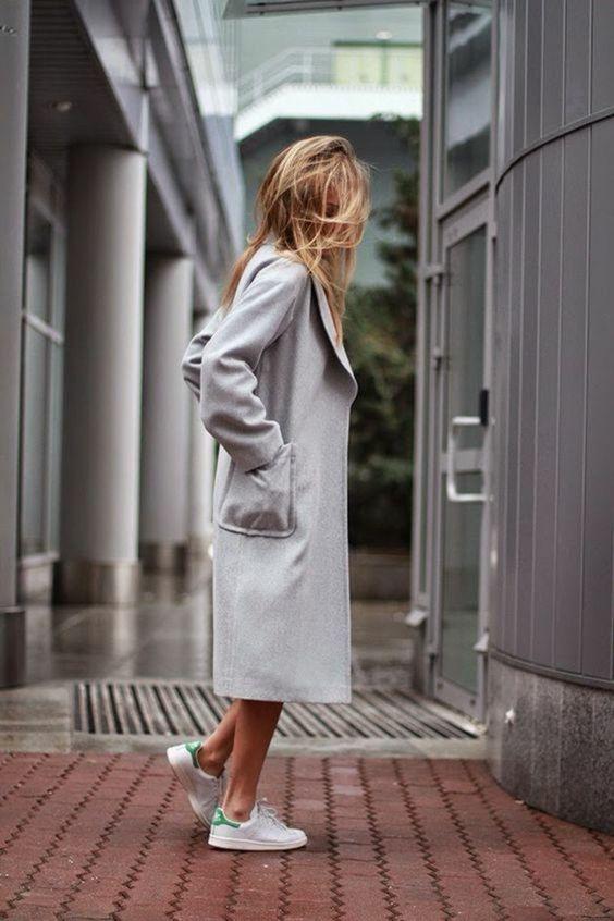 manteau long gris avec basket basse femme blanche et vertecomment porter les chaussures sportifs