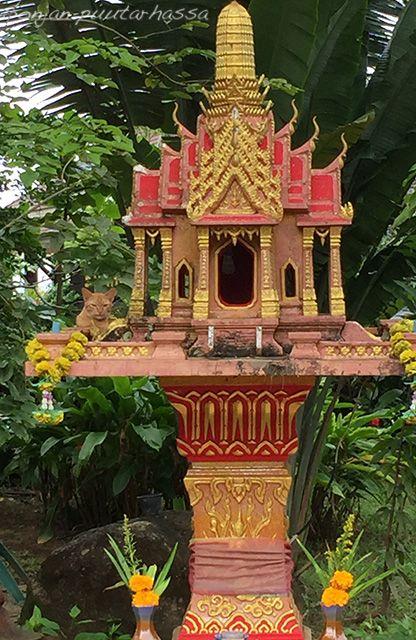 Tarkkanäköinen lukija on facebookin puolelta saattanut huomata, että ulkomailla on piipahdettu. Tarkemmin sanottuna lämpimässä, joskin hieman sateisessa Thaimaassa. Mutta sade takaa vihreyden, ja i…