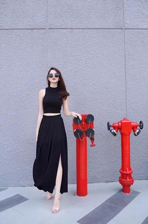 Áo croptop phối với chân váy maxi đen quyến rũ